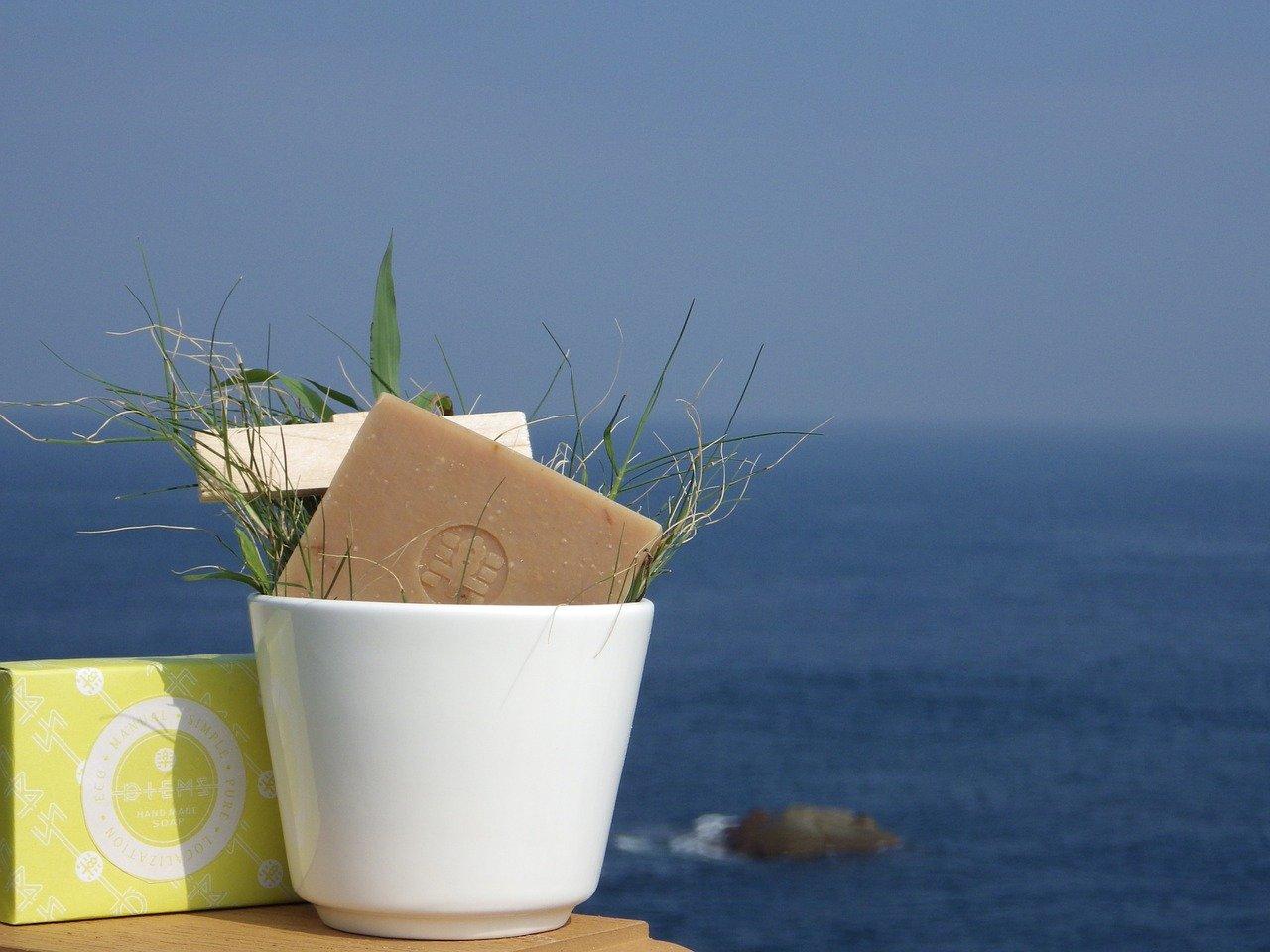 背景を海にして写したハンドソープ