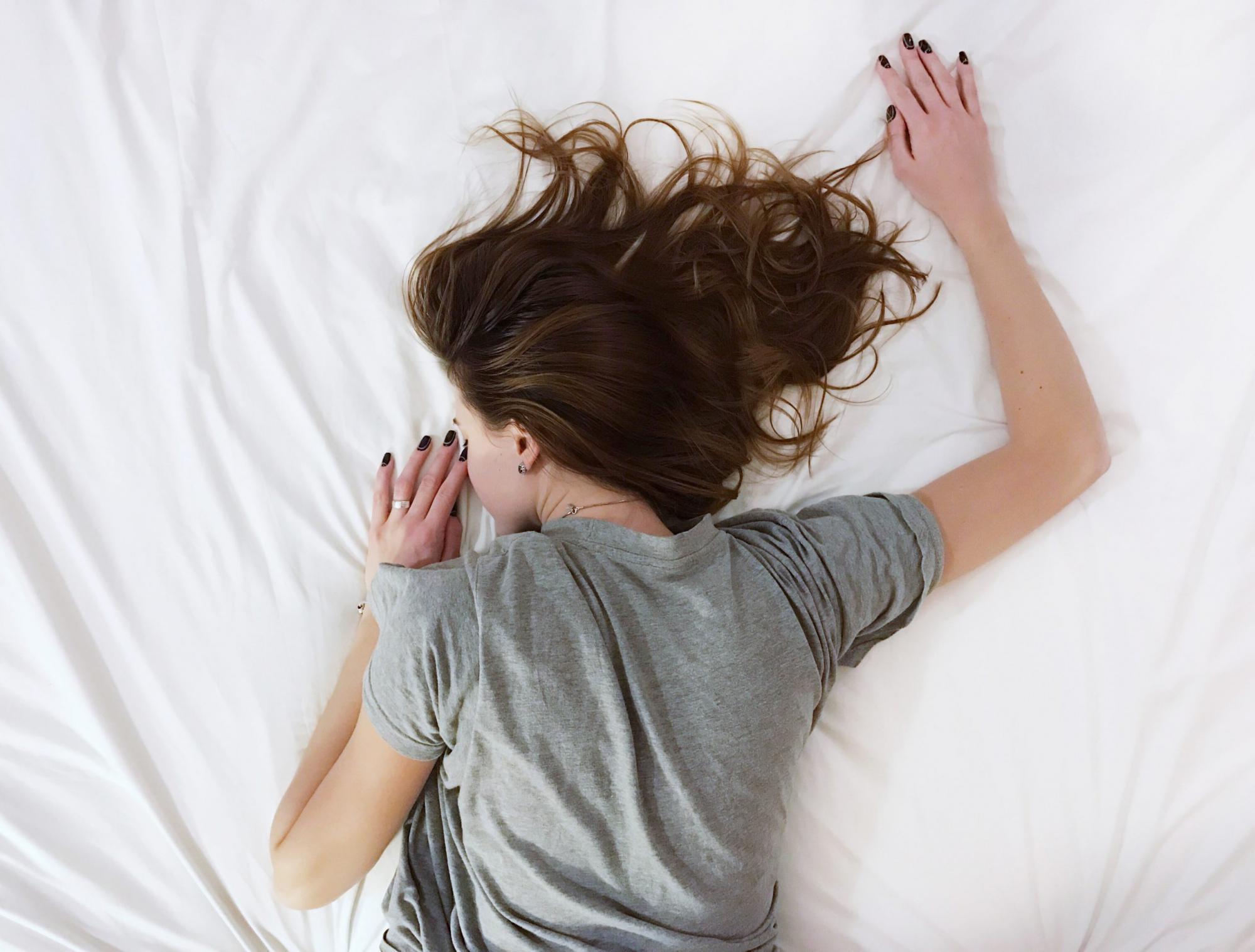 ベットに寝転ぶ女性