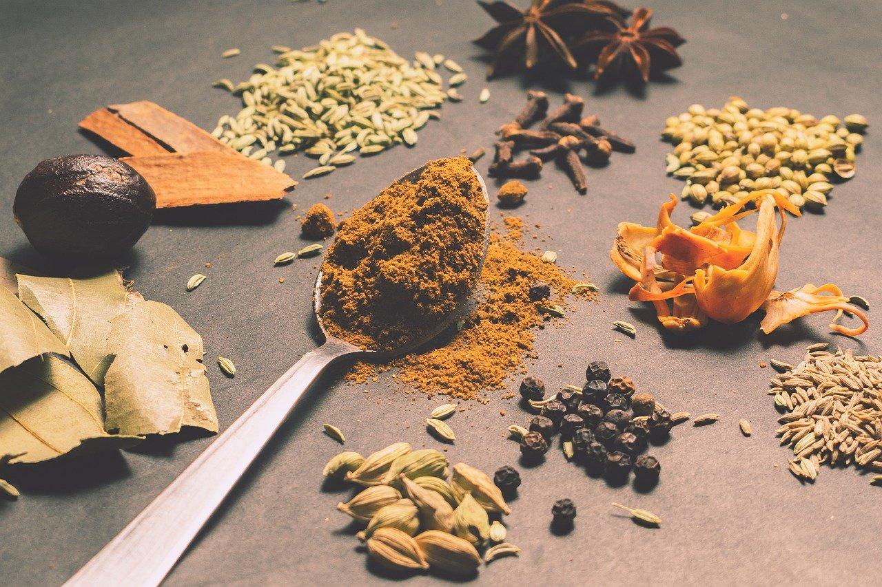 様々な種類の調味料とスパイス