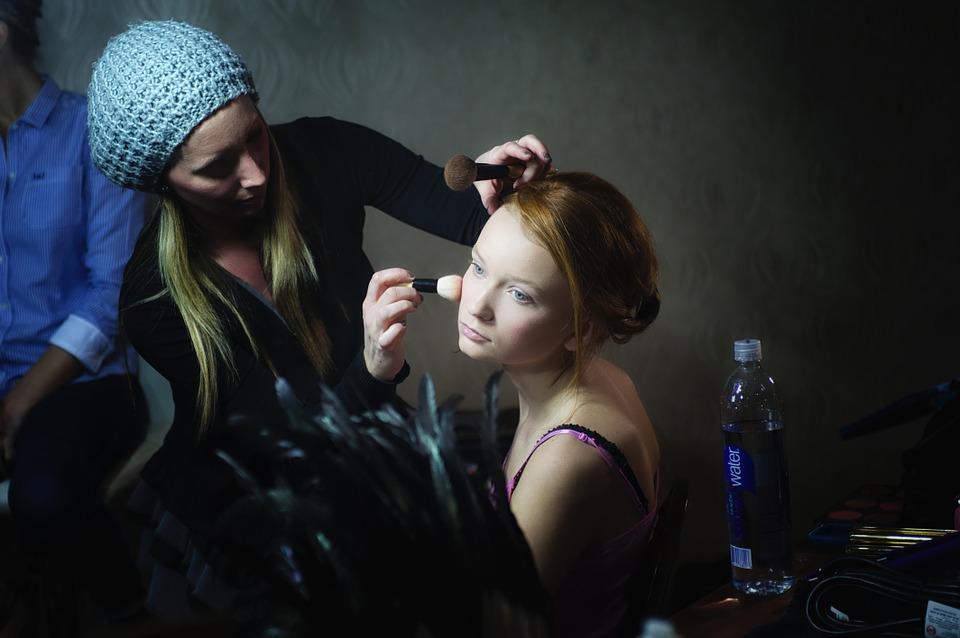 オーガニックのフェイスパウダーを化粧する女性