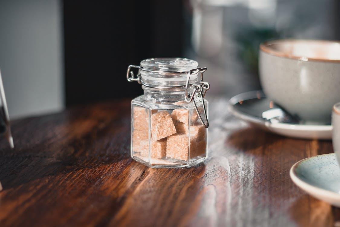 茶色いオーガニックの砂糖
