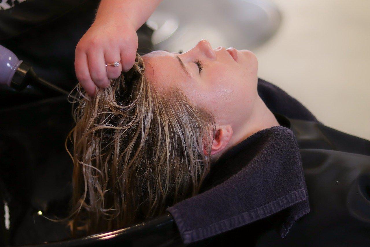 ヴィーガンのシャンプーで髪を洗う女性