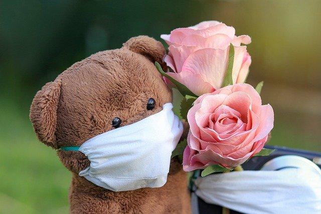 マスクをするクマのぬいぐるみ