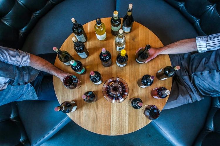 飲み比べをされるヴィーガン用のワイン