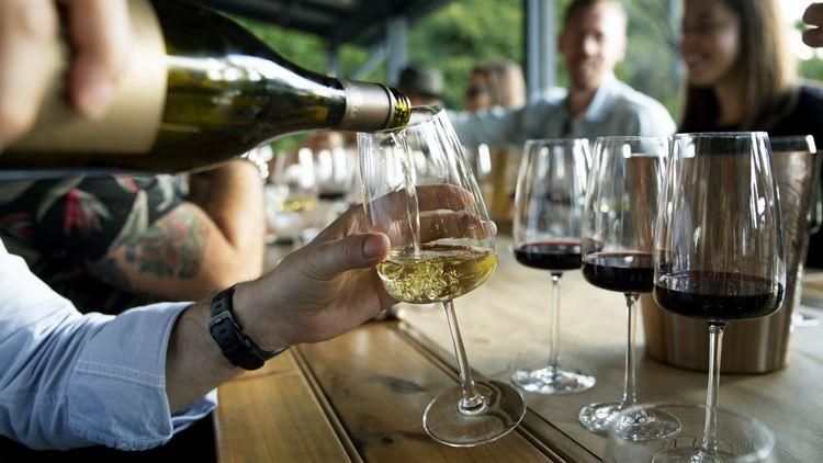 ヴィーガン用のワインを注ぐ人