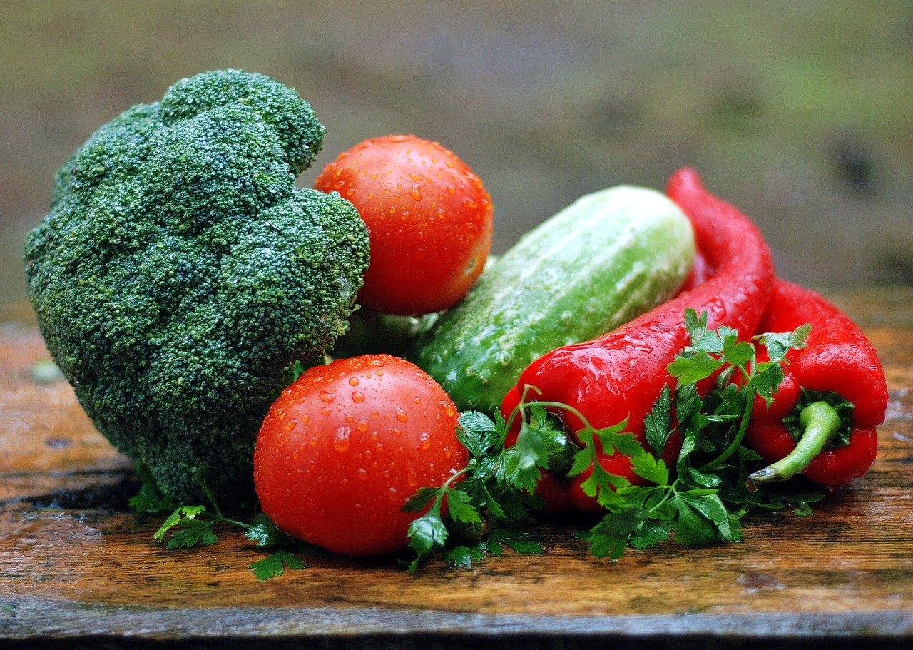 色とりどりの宅配されたオーガニックの野菜
