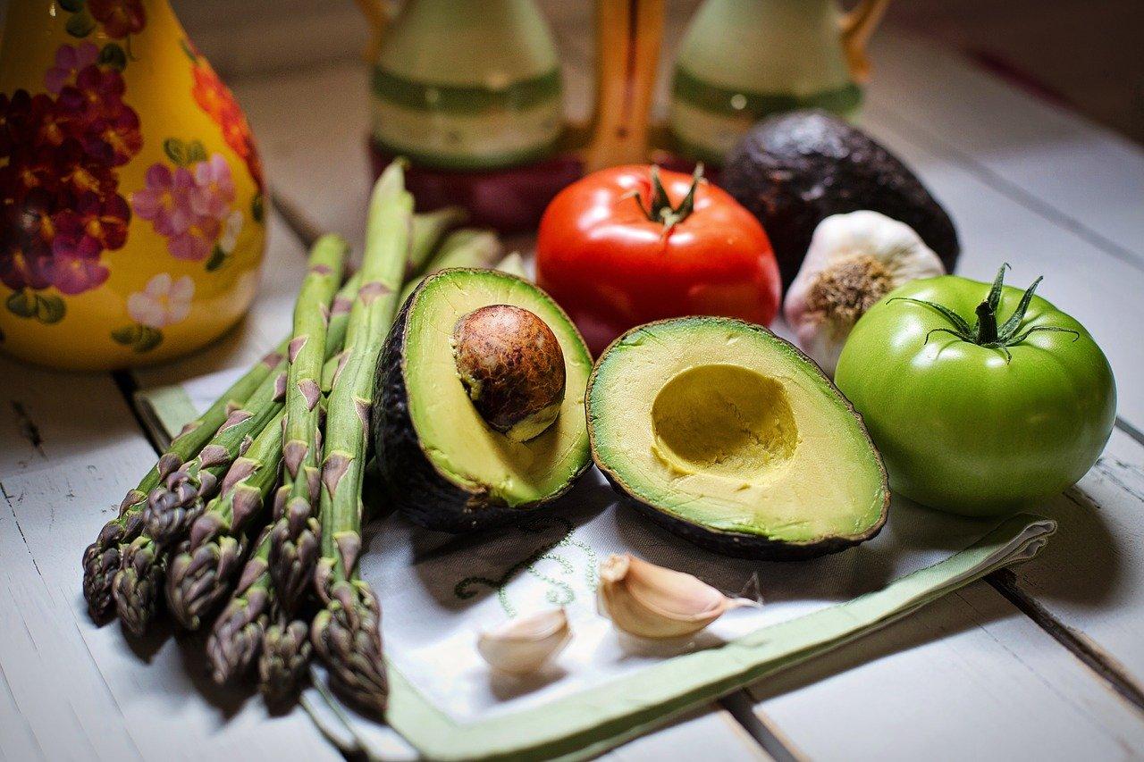 宅配の後に料理されたオーガニックの野菜