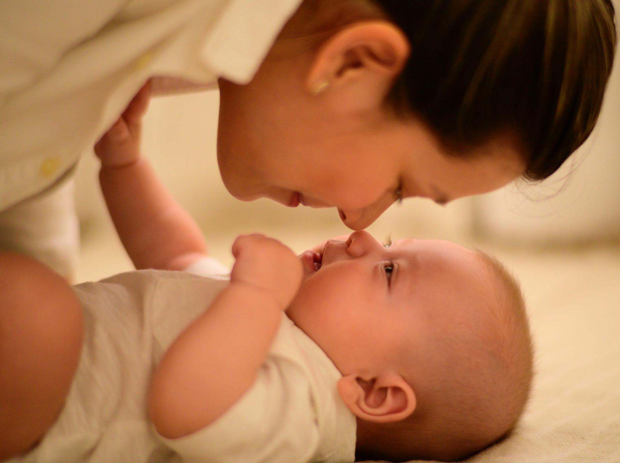 オーガニックのベビーローションを使っている赤ちゃん