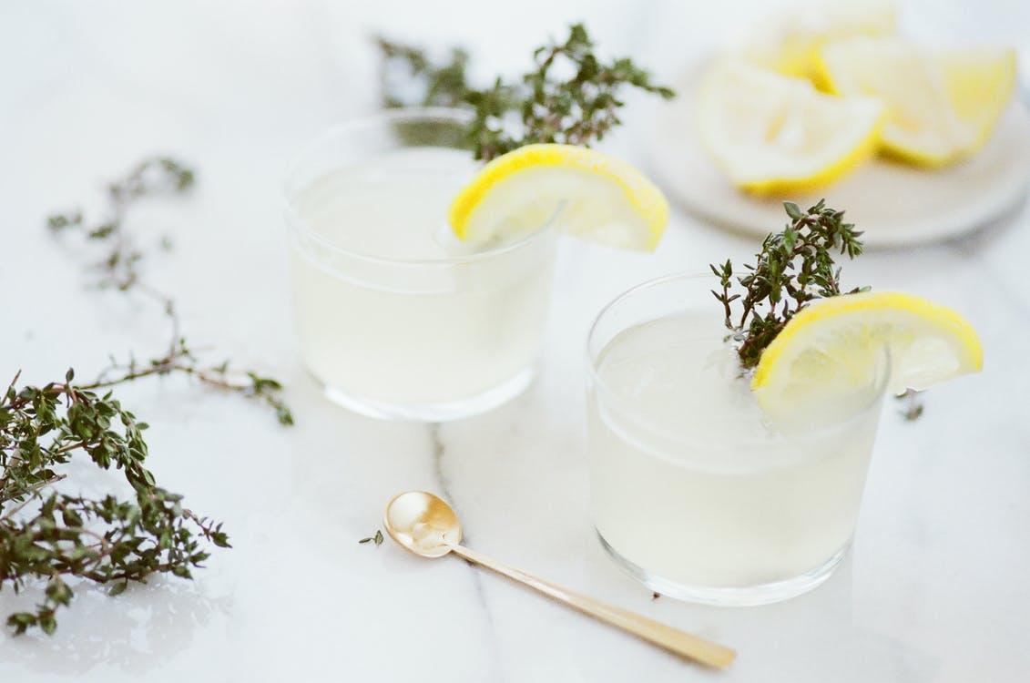 オーガニックのレモン果汁を使った飲み物