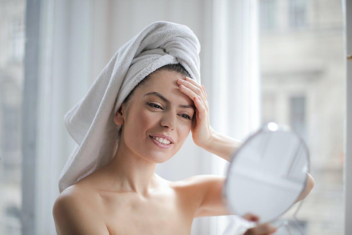 オーガニック の美白化粧品を使う女性