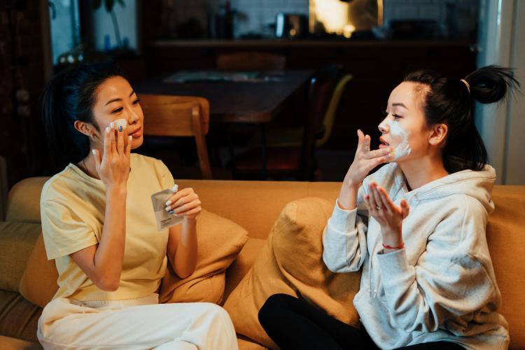 オーガニックの美白をする女性二人