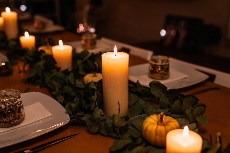 テーブルの上に並べられたオーガニックのキャンドル