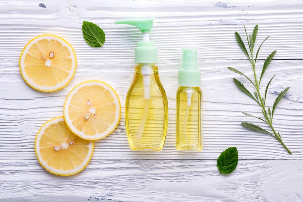 オーガニックのクレンジングオイルとレモン