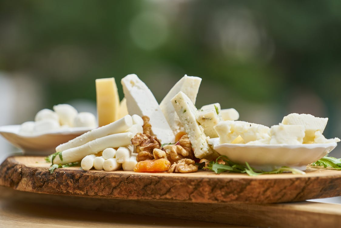 切り株の上に置かれたオーガニック チーズ