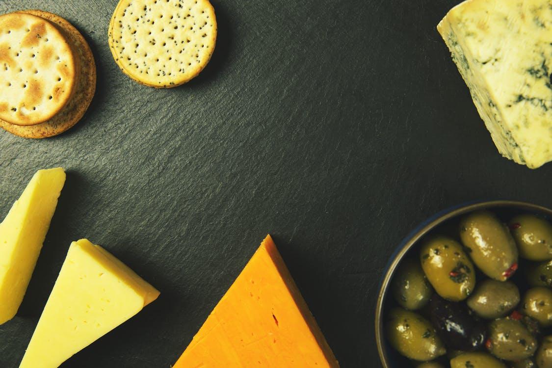 オーガニック チーズとクラッカーとピクルス