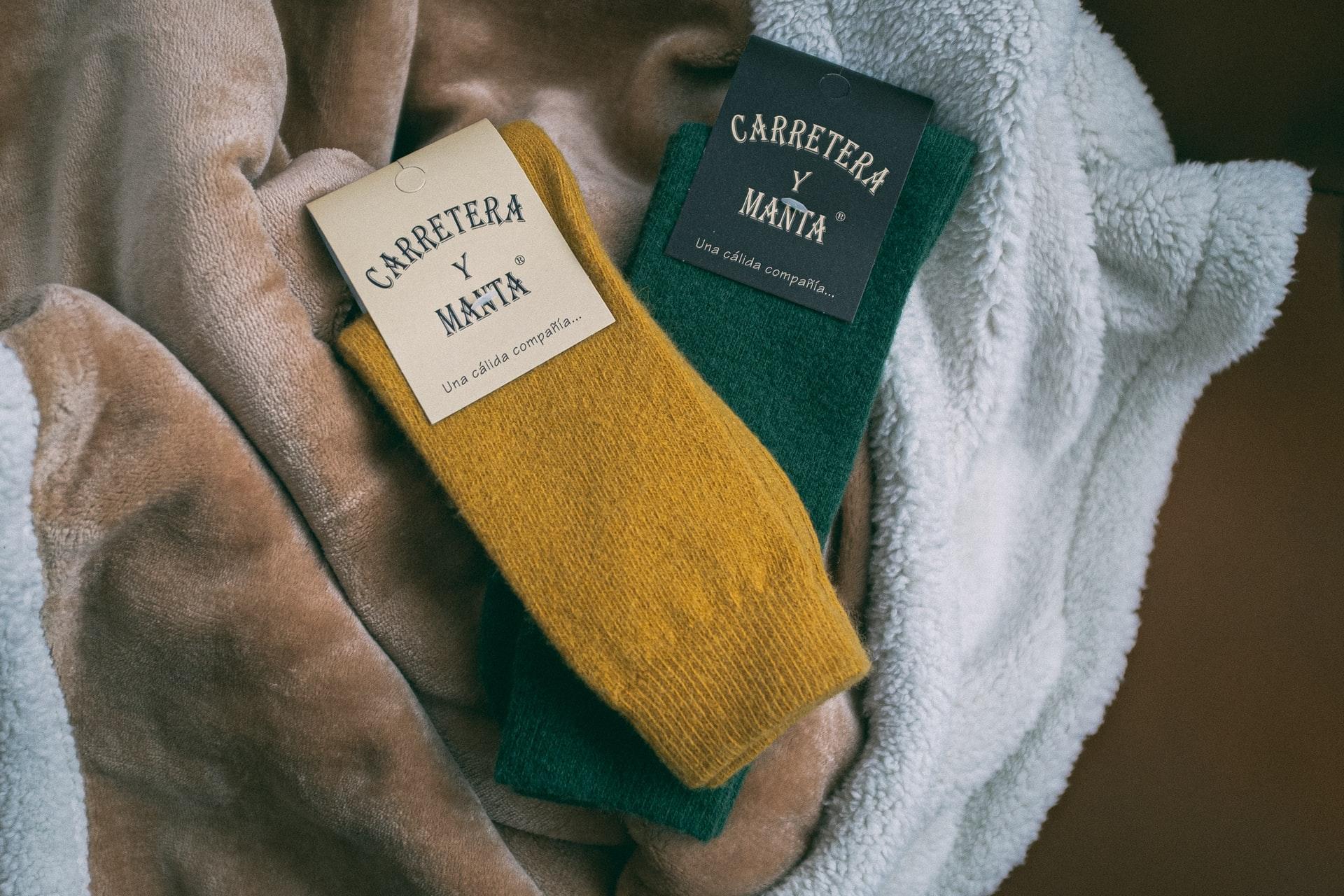 黄色と緑のオーガニックの靴下とブランケット