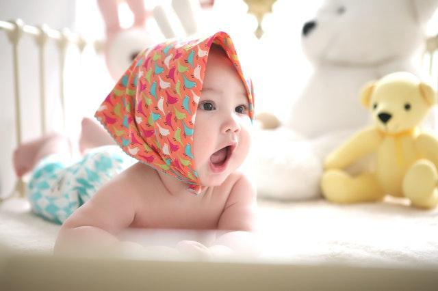 オーガニック ベビー布団に寝転んでお話する赤ちゃん