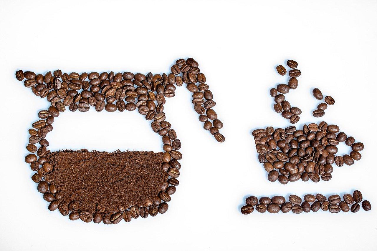 コーヒー豆でデザインされたポット