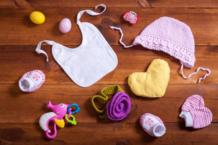 床に置かれた様々な赤ちゃんグッズ