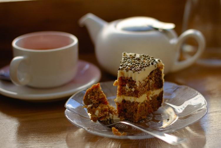 ヴィーガンのケーキの通販のお皿にのせられたケーキ