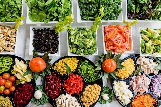 様々な種類のサラダ