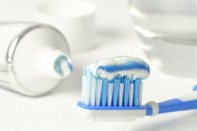 歯ブラシの上に乗る歯磨き粉