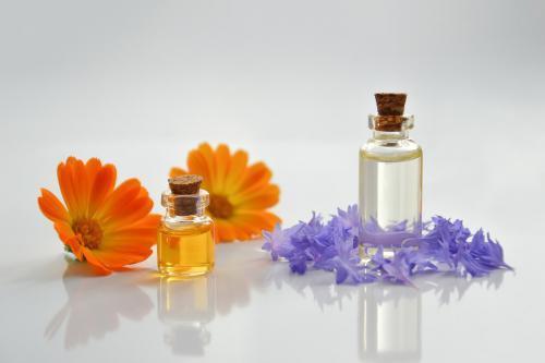 花とオイルの瓶