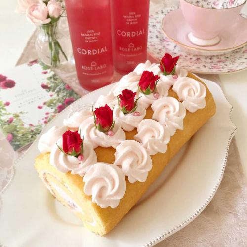 バラの乗ったロールケーキ