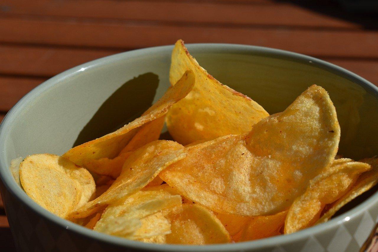 お皿にのせられたポテトチップス