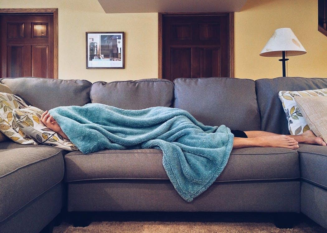 ソファーに寝そべる女性
