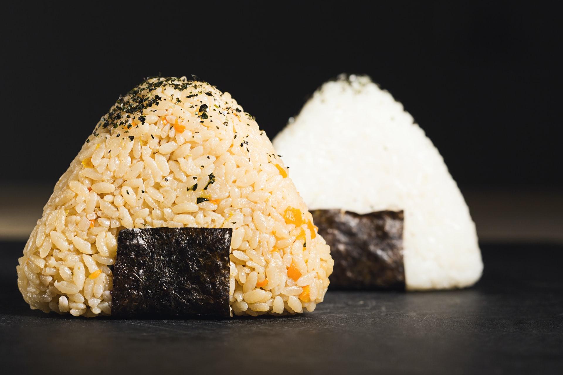 玄米のおにぎりと白米のおにぎり