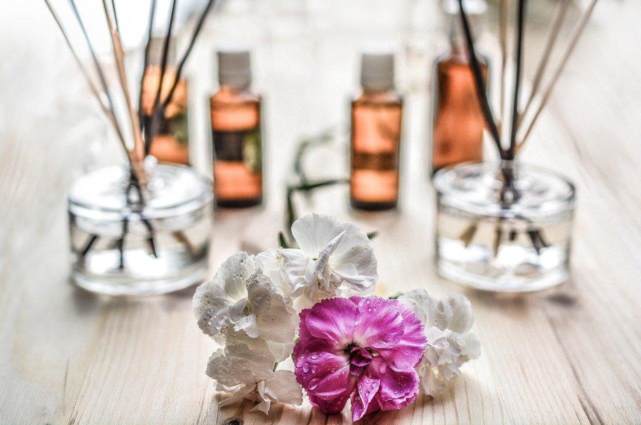 アロマ用品と花