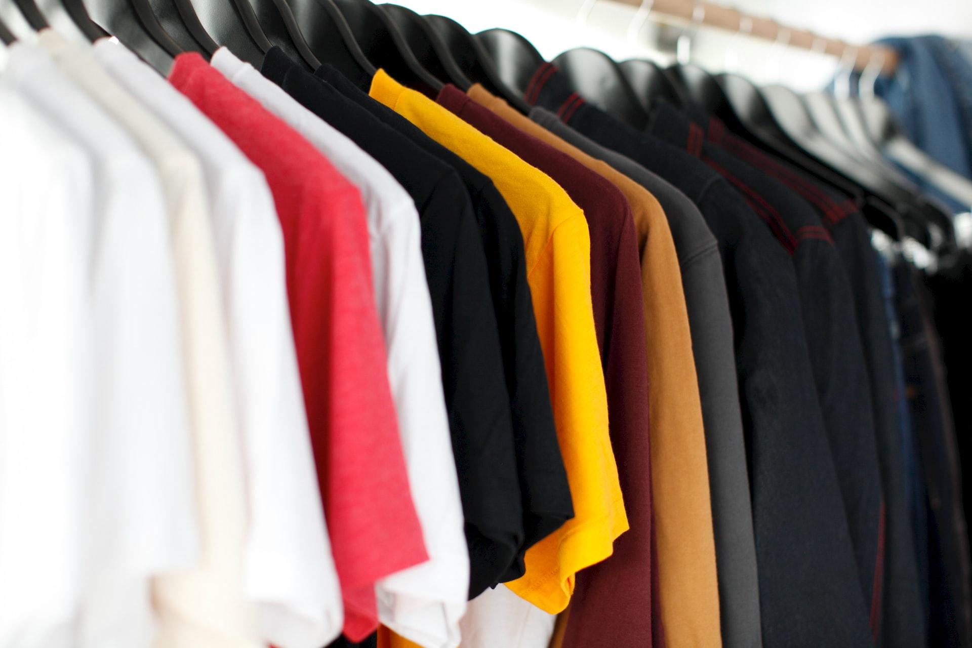 色とりどりのシャツ