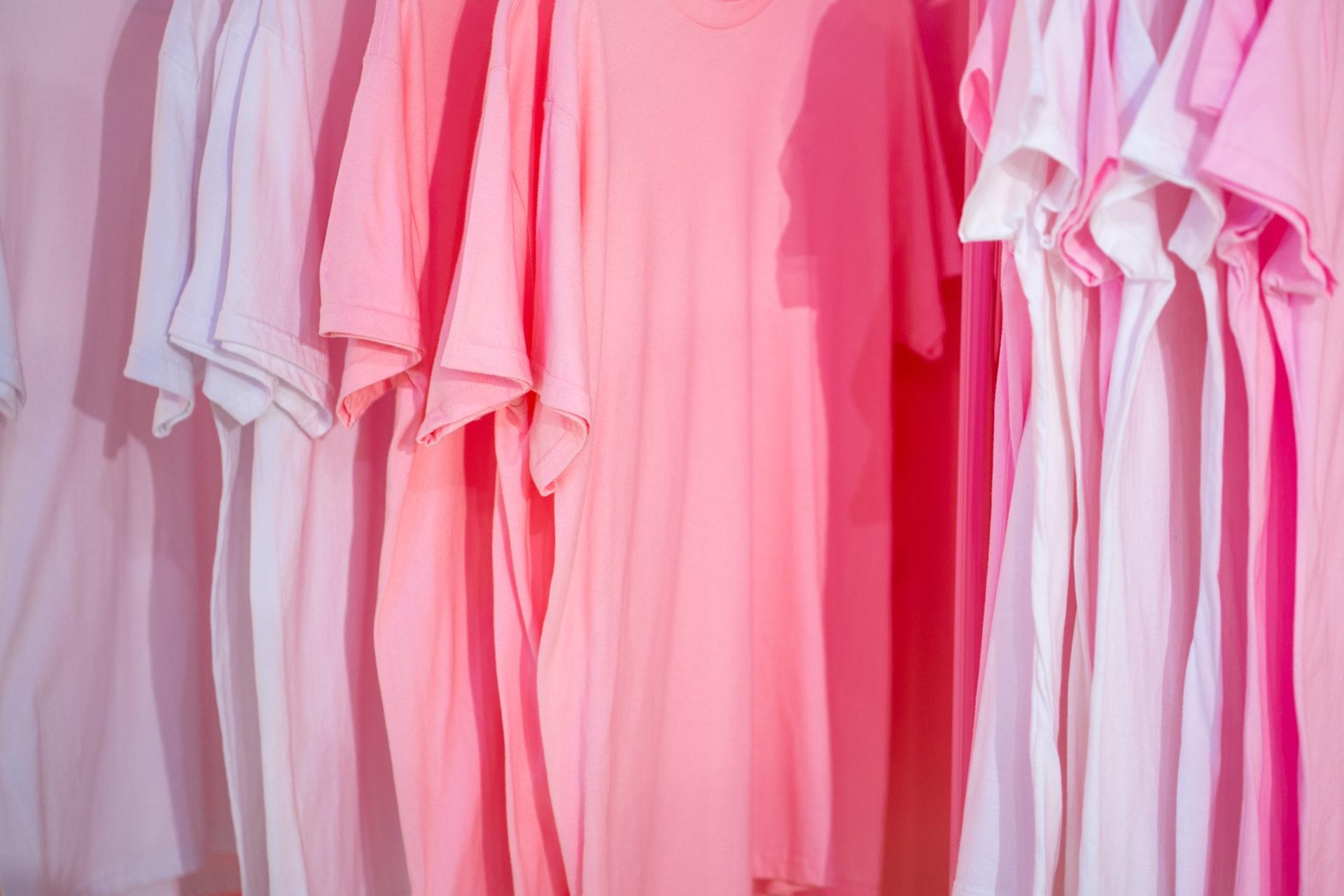 ピンク系のシャツ